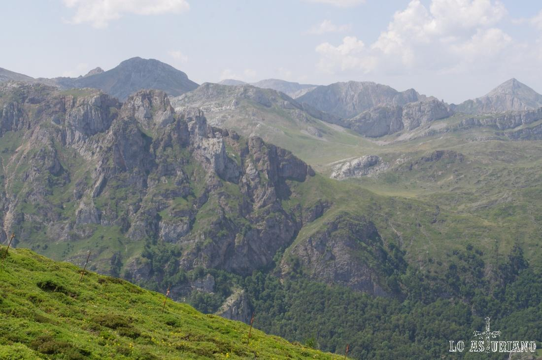 Al fondo, las cimas que abrigan el lago del Valle, otra de las atracciones del sorprendente Somiedo.