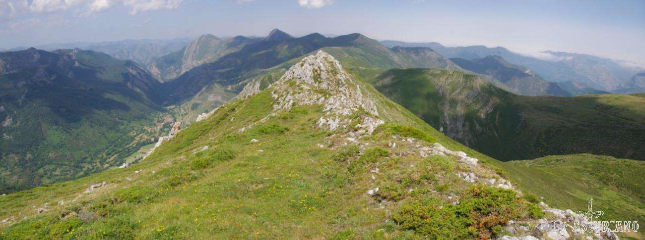 Esta panorámica te muestra toda la vista noroeste desde esta fantástica cresta de los Bígaros.
