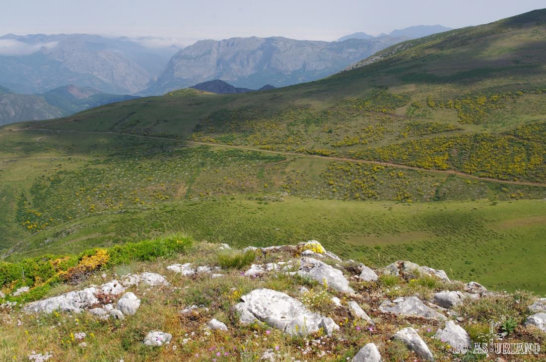Detrás de las laderas del Cuernu l´Aguil, Peña Sobia, cuya mayor altura es de 1517 metros.