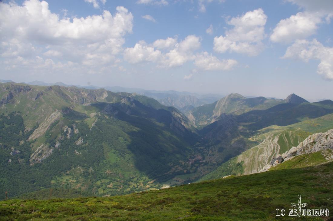 El monte las Bustariegas, el valle de Saliencia, las cimas del Michu y de Peña Negra (de iz. a de.).