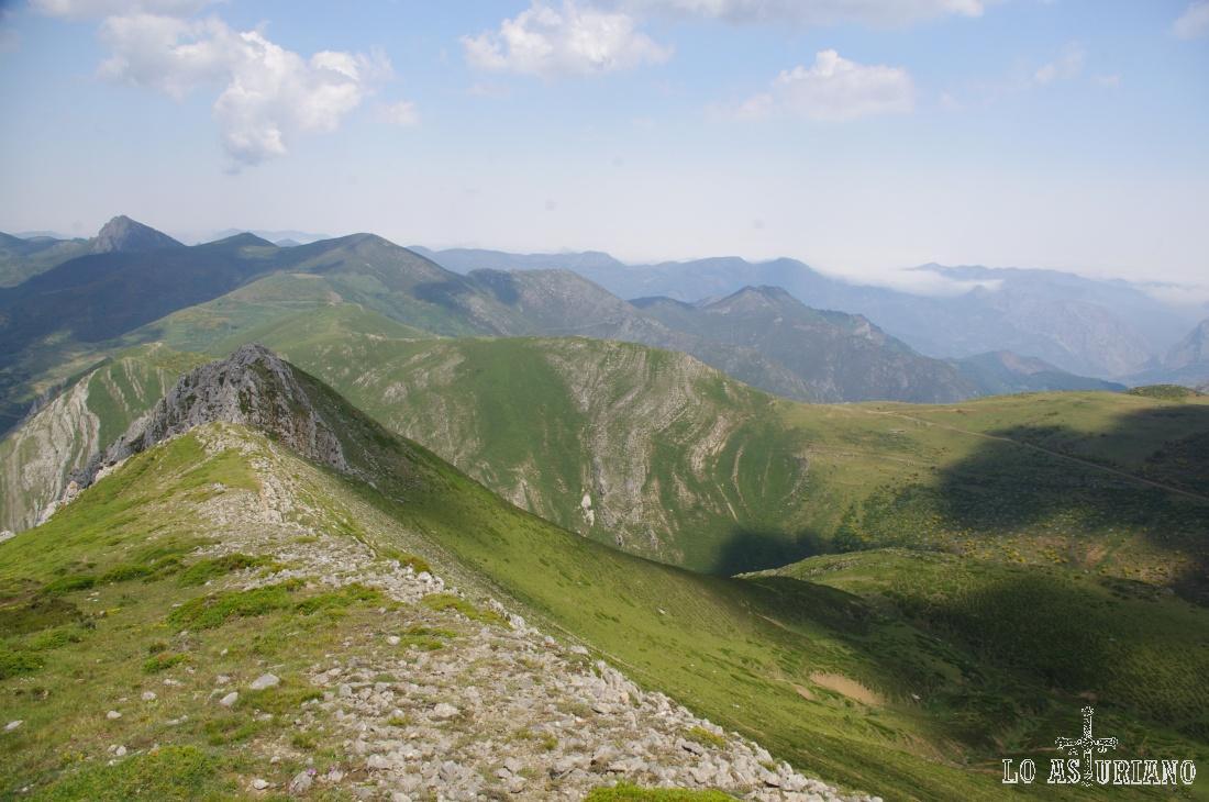 Seguimos ascendiendo por la sierra, dándonos mejores vistas sobre Los Cumales (en el centro) y el resto de cimas.