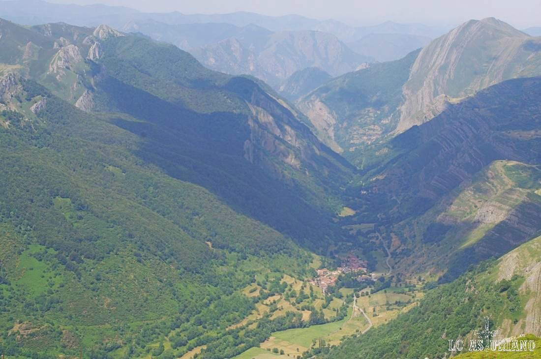 El monte la Bustariega y Peña Michu circundan este magnífico e inigualable valle somedano de Saliencia.