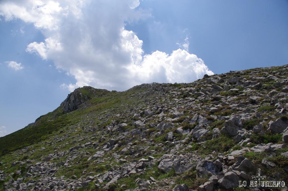 Asoma también la cima del Muñón.