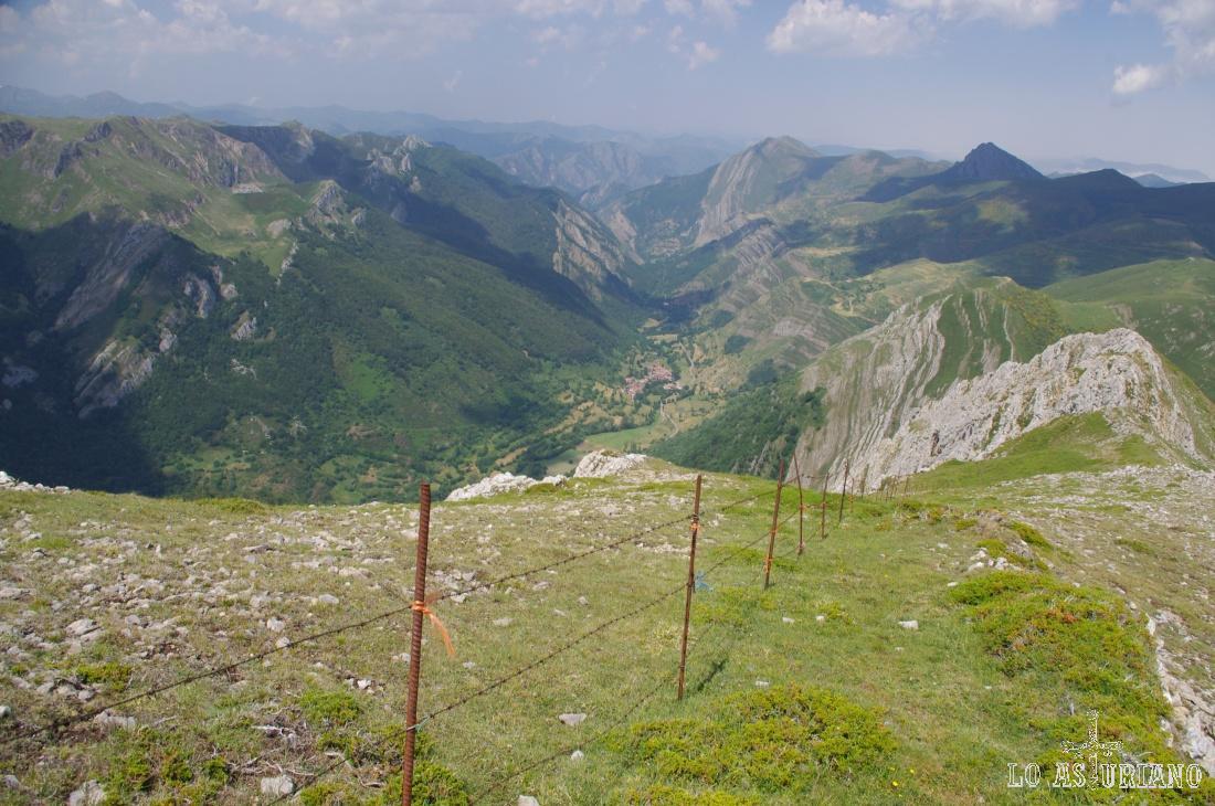 Esta valla divisoria es la que nos sirve a veces de apoyo, camino de la parte más alta de esta zona de la cresta.