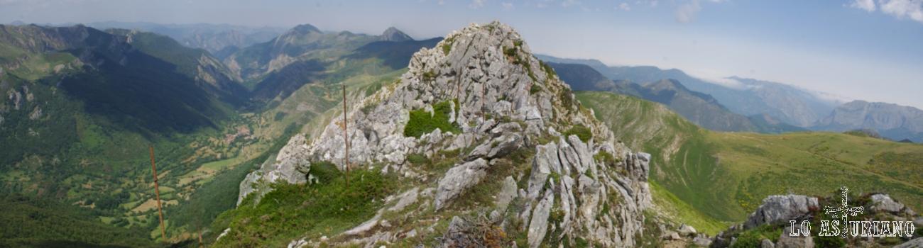 El Pico la Ferrera, ante nosotros, mide 1822 m y sus laderas son parte de las paredes de la foz de los Arroxos.