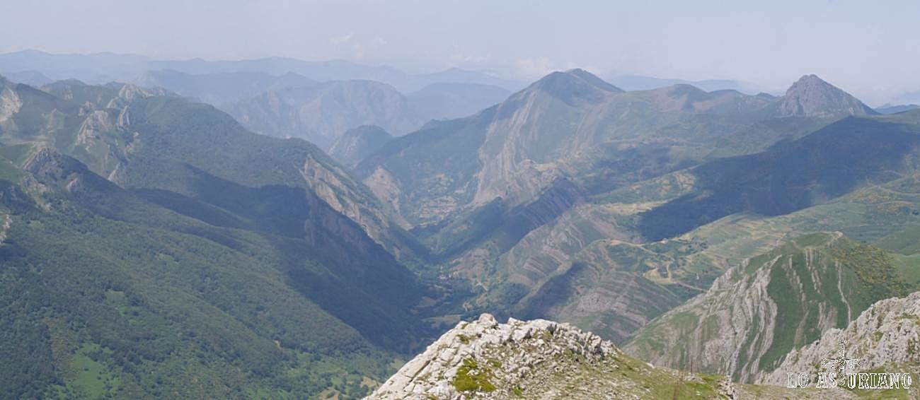 Somiedo es un espacio de contrastes entre de cumbres y depresiones, que muestran la huella de los movimientos tectónicos sufridos en sus numerosos cabalgamientos, fallas y pliegues.