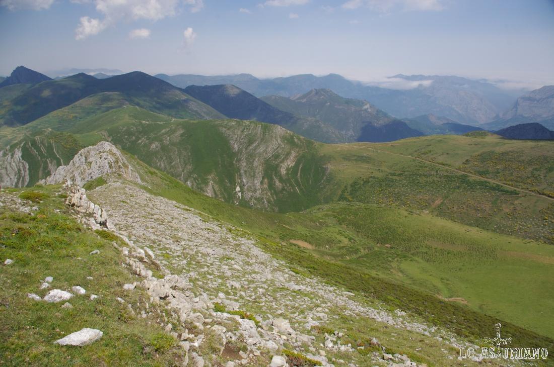 El Parque Natural de Somiedo se extiende por cinco valles: Saliencia, Valle del Lago, Puerto y Pola de Somiedo, Perlunes y Pigüeña y sus cinco ríos con los que comparten nombre.