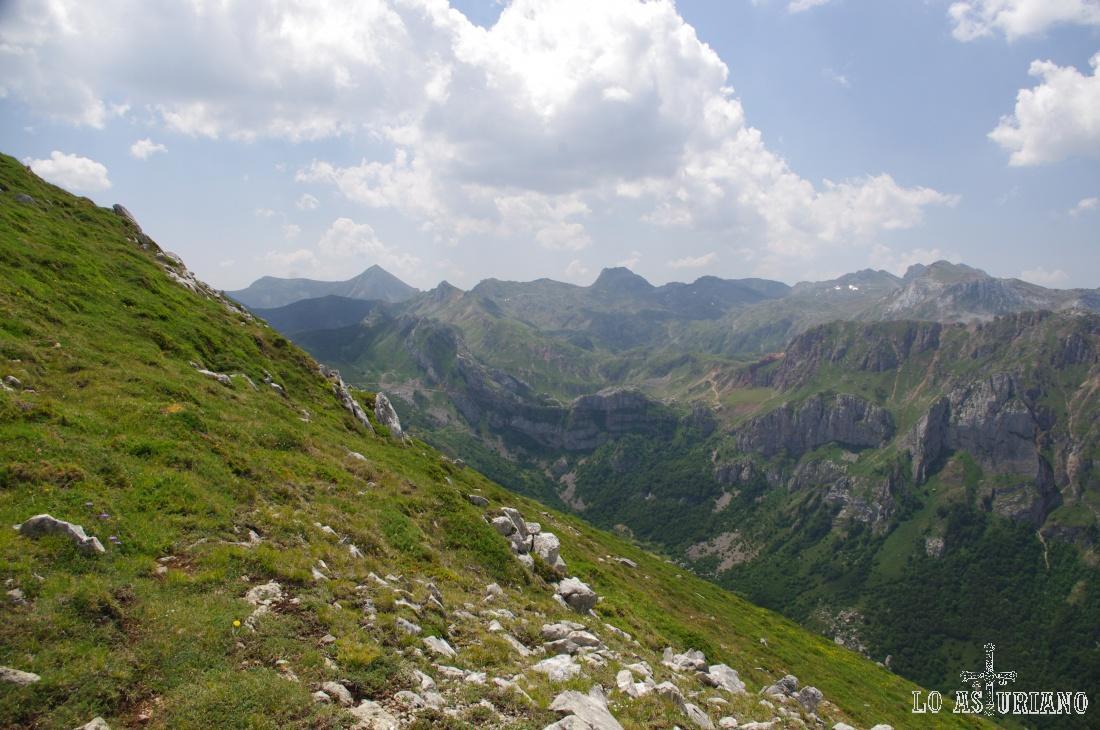 Las cimas más altas de la vertiente leonesa de esta zona son Peña Orniz, Cotalbo, Mortihuero o Picos Blancos.
