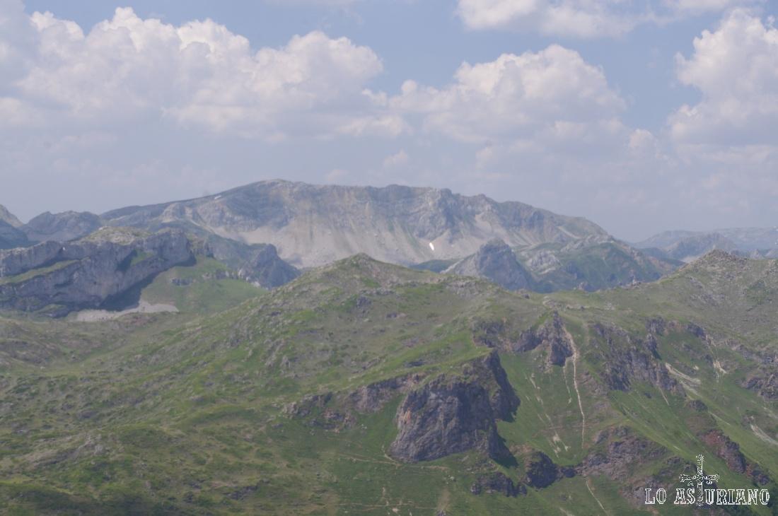 Límite natural entre León y Asturias, Peña Chana, con sus 2068 msnm, separa el lago del Valle de los altos del Puerto de Somiedo.