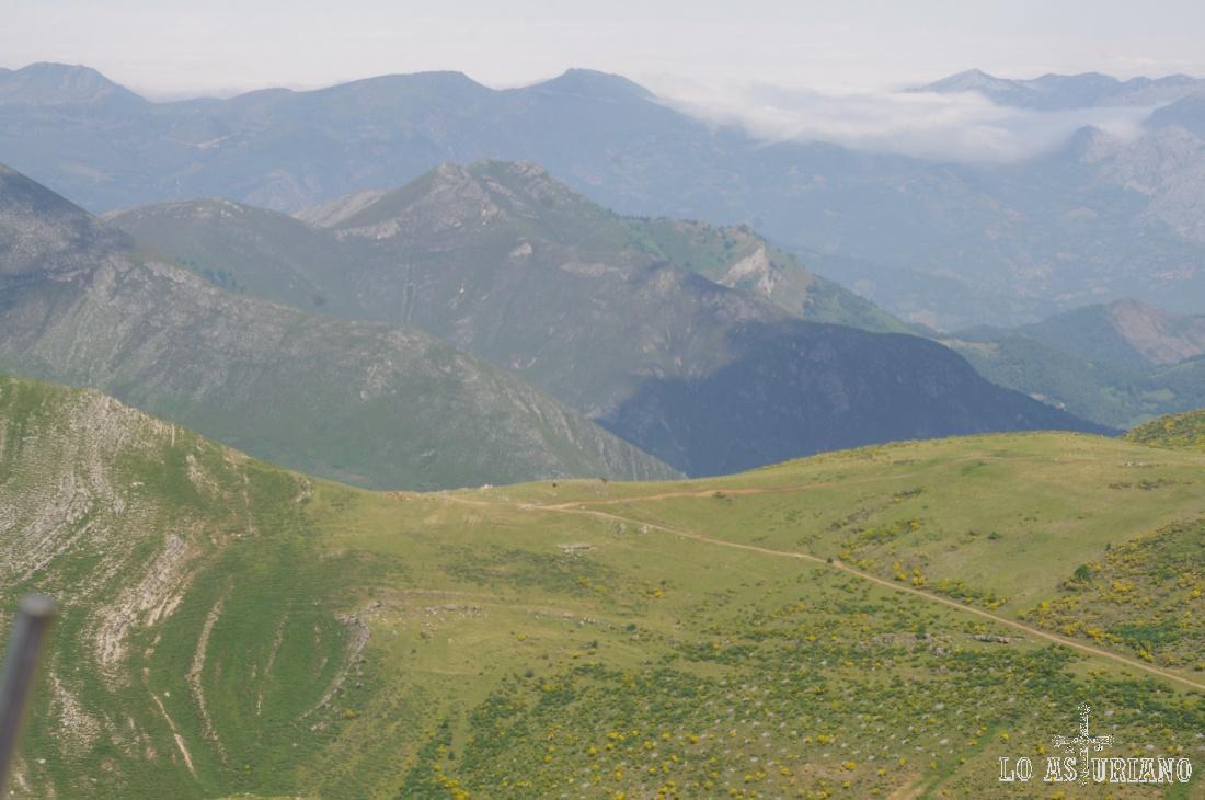 Vista de Camín Real de la Mesa desde la sierra de los Bígaros, en Somiedo.