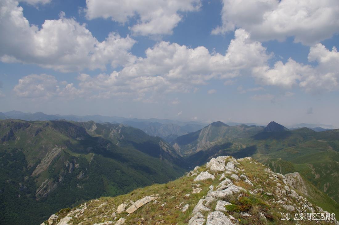Las vistas nos alcanzan hasta el extremo norte del Parque Natural de Somiedo, ya en Belmonte de Miranda.
