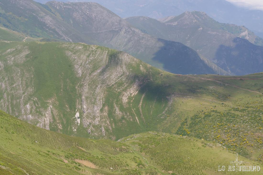 Tras el collado del Muru, por el que pasa el Camín Real de la Mesa, los montes de Carrocesa y las Morteras.