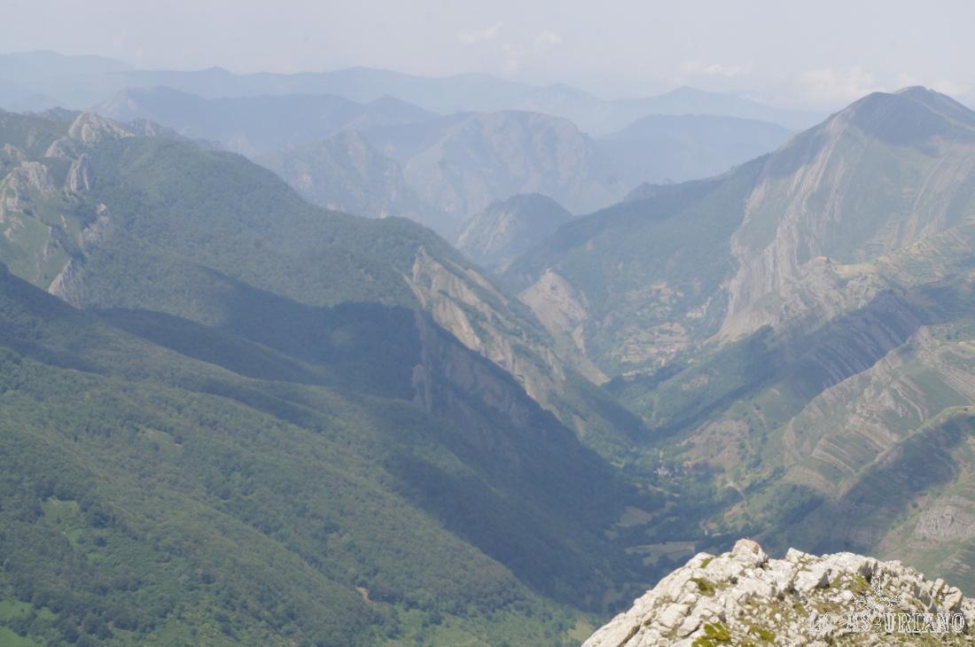 En el fondo, a la izquierda, en la penúltima cumbre del relieve, el Altu Vildéu, de 1542 m.