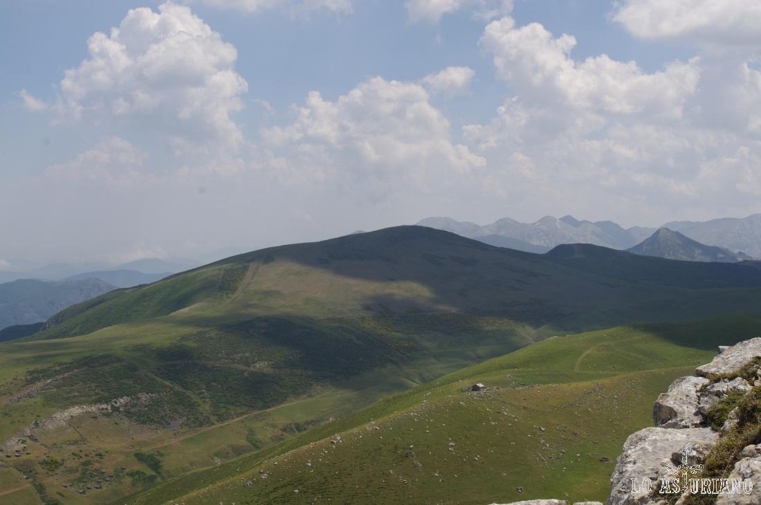 A la derecha el Pico Ferreirúa, el más alto de Teverga; en primer plano, los puertos de la Mesa.