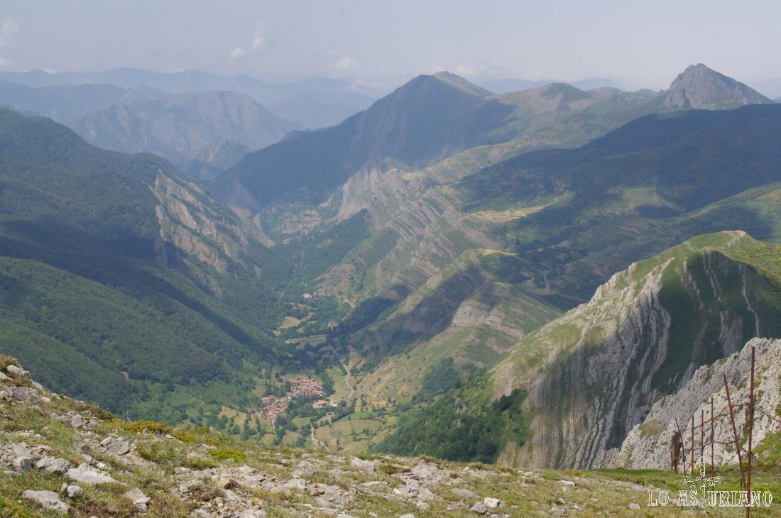 El regreso a Saliencia (abajo) se realiza desandando el camino de ida hasta la braña de la Mesa, donde tomaremos el Camín Real.