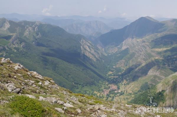 Estamos unos 800 metros por encima de Saliencia. Desde esta vista se aprecia prácticamente todo el recorrido de la ruta de las brañas de Saliencia, una de las más bonitas de Somiedo.