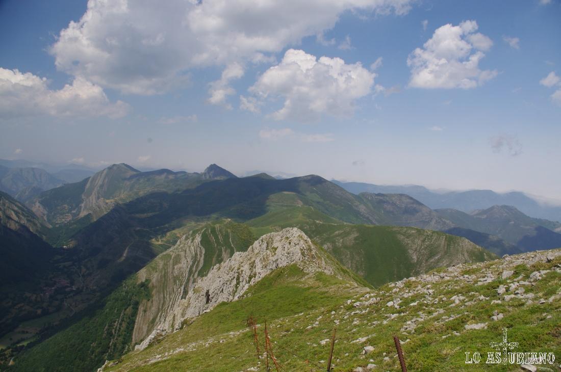 Uno de los atractivos de Somiedo es que sus cimas, las más latas en el entorno de los 2000 metros, en general son relativamente fáciles de acceso.