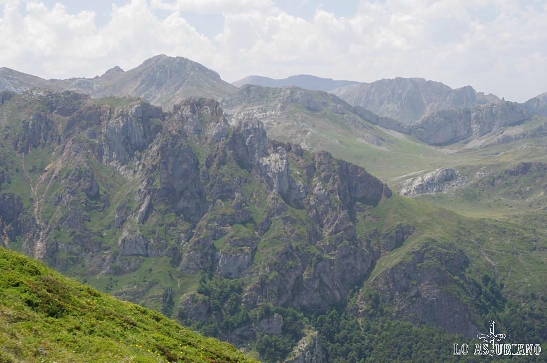 Desde la sierra de los Bígaros, los Picos Albos, el Cotalbo, Pico de la Mortera, que son los que rodean al lago del Valle.