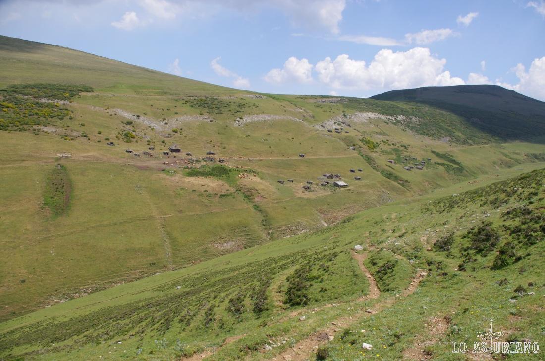 Cabañas y corros en la braña de la Mesa, en verano poblada de vacas y algún que otro mastín.