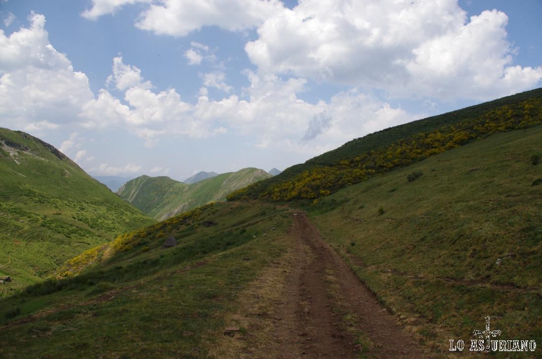 El camino es ahora llano y nos dirigimos hacia el collado del Muru, que nos llevará desde el valle del Arroxos, hasta la vertiente tevergana.