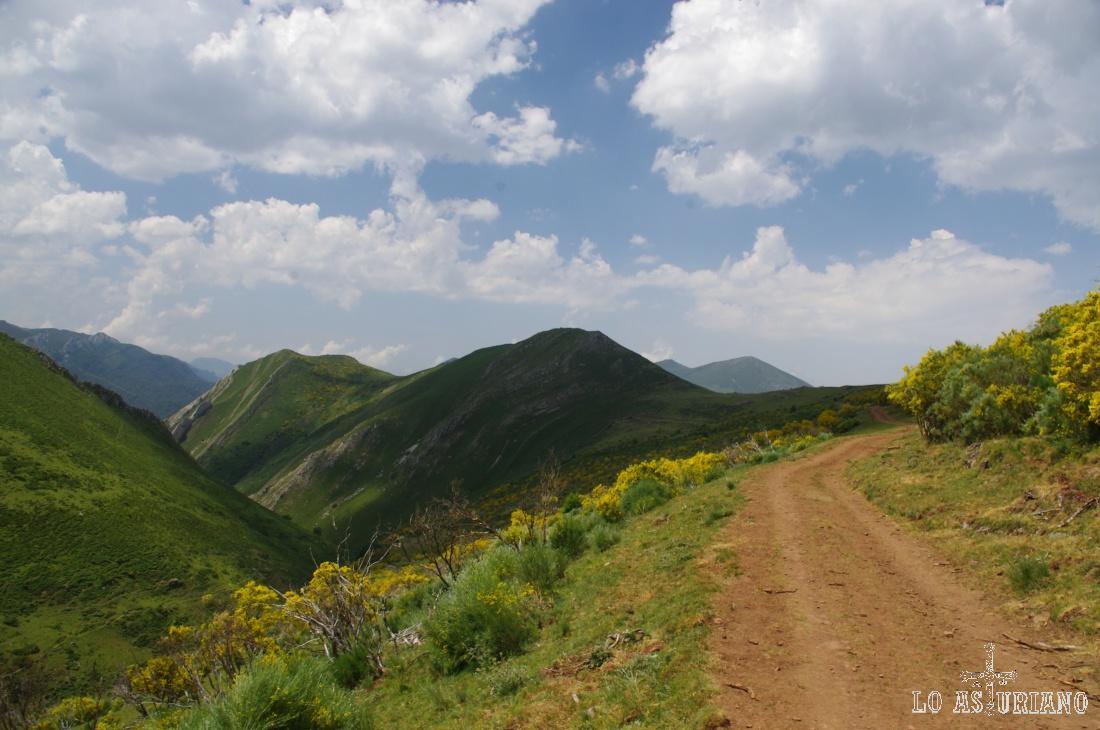 En el límite entre Somiedo y Teverga, transita el Camín Real de la Mesa, que nos ofrece inolvidables paisajes de montaña en cualquier época del año.
