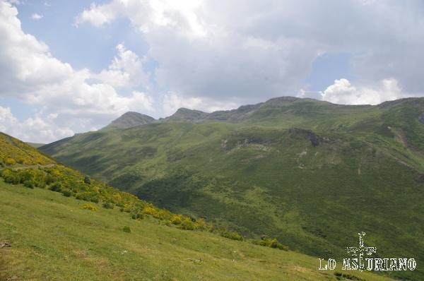 De izquierda a derecha, Pico de los Bígaros, de 2038 m y Pico Muñón, de 2037 m, vistos en sus cara noroeste.