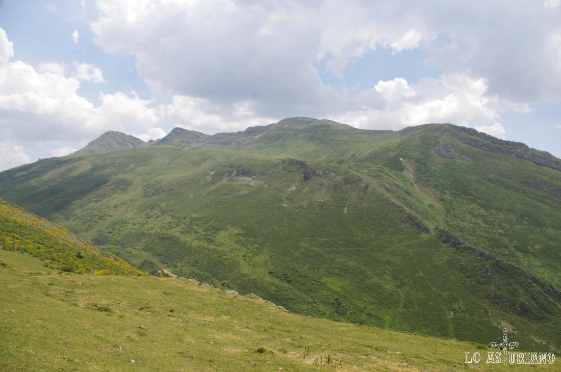 La verde sierra de los Bígaros desde la collada del Muru.