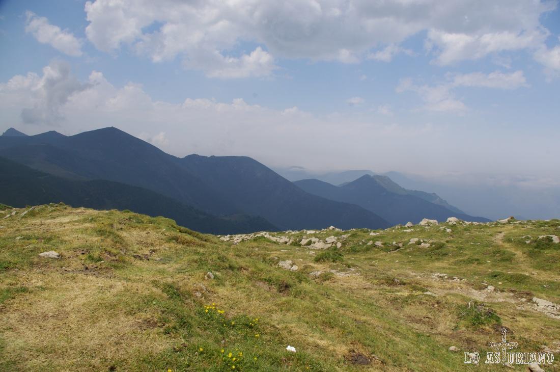 Desde la collada tenemos nuevas vistas, esta vez hacia las cimas de Teverga.