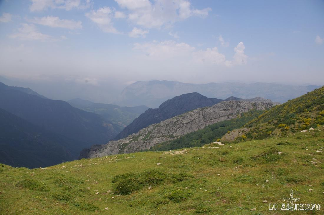 En primer término los montes de Carruceda.