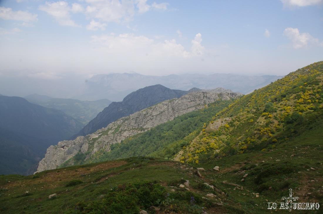 Los montes de Carruceda desde el Camín Real de la Mesa. Al fondo, la sierra de Sobia, límite entre Teverga y Quirós.