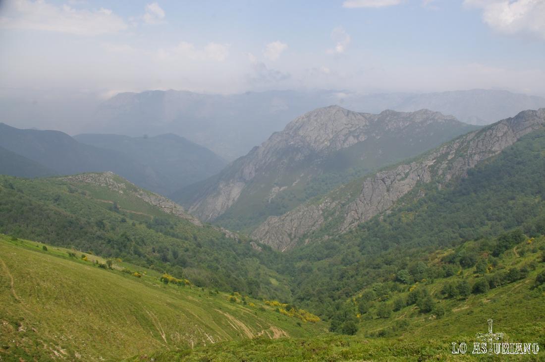 Vistas del valle del río del Valle de la Madalena, en la vertiente tevergana del Camín Real de la Mesa.