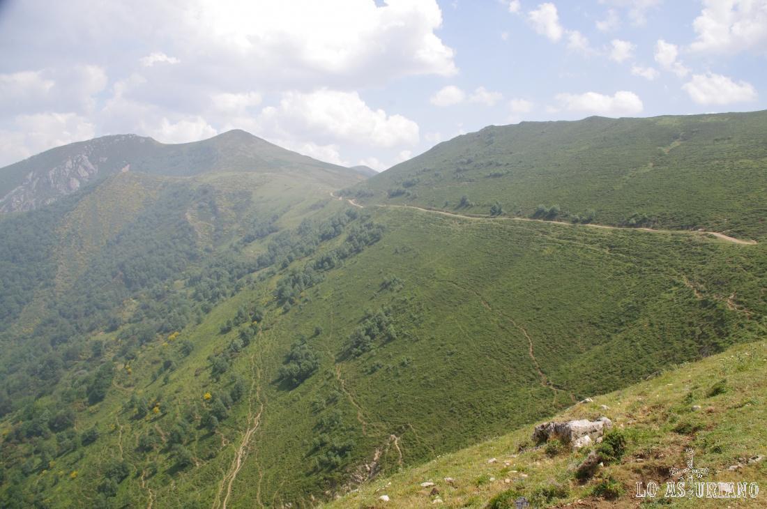 Fabulosa estampa del Camín Real de la Mesa, colgado literalmente del cordal de la Mesa hacia el valle del río del Valle de la Madalena.