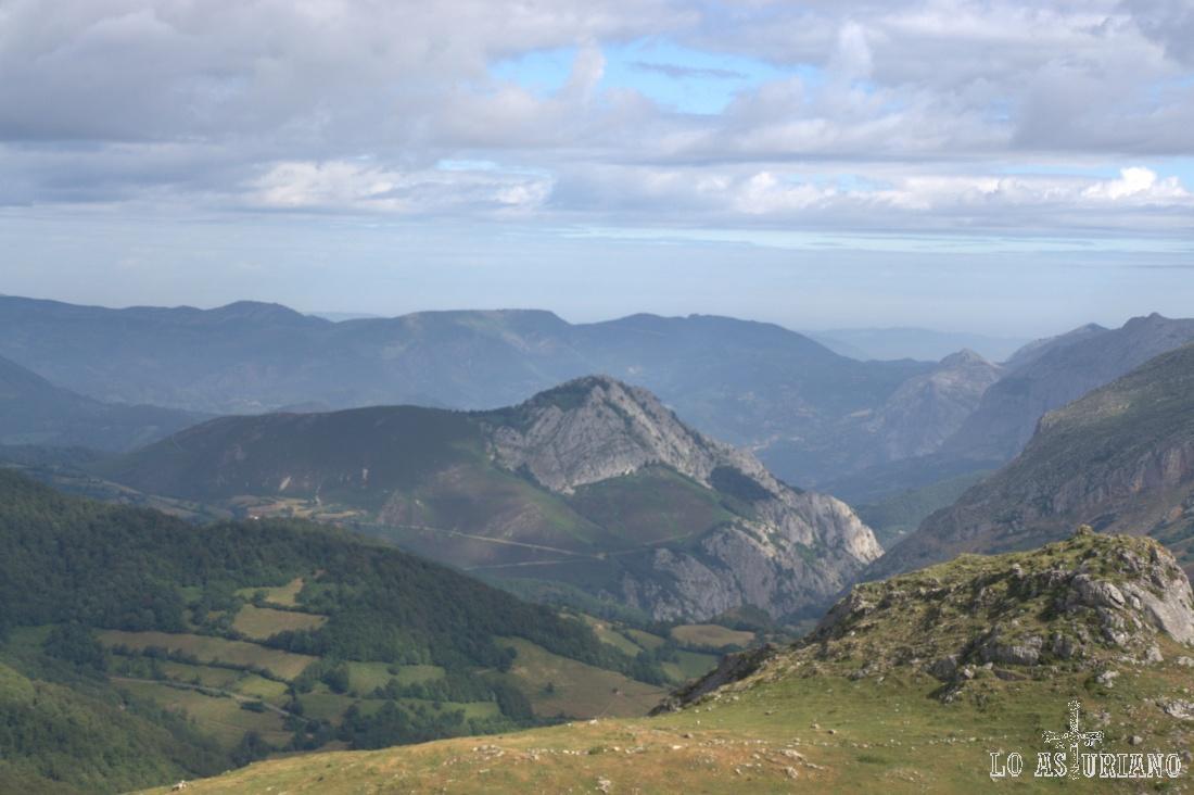 Al fondo, las sierras de Tameza, límite de Teverga con este bonito concejo.