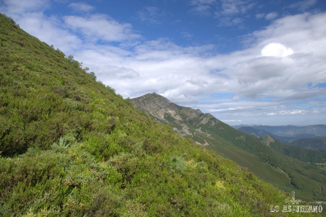 La primera parte de la ruta nos lleva desde el parking de la Ventana hasta el alto del Cuervo, en 1.6 km y alrededor del 12% de desnivel en subida.