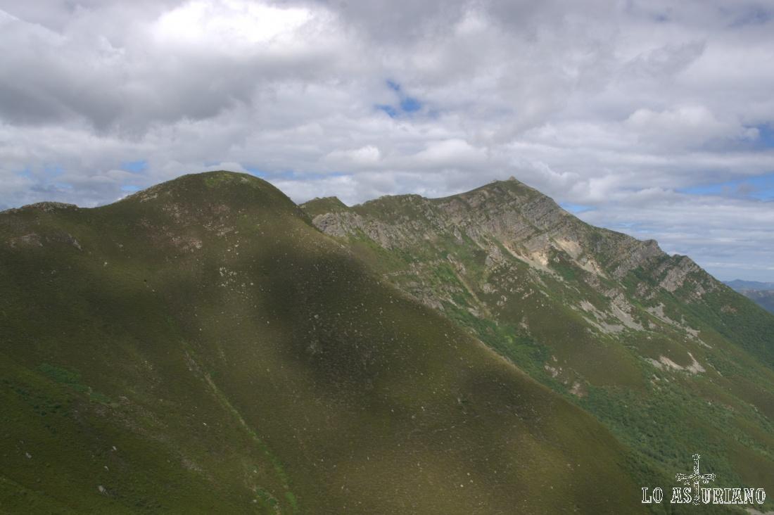 Vistas del cresterío, linde natural entre Asturias y León, que seguiremos hasta el final.