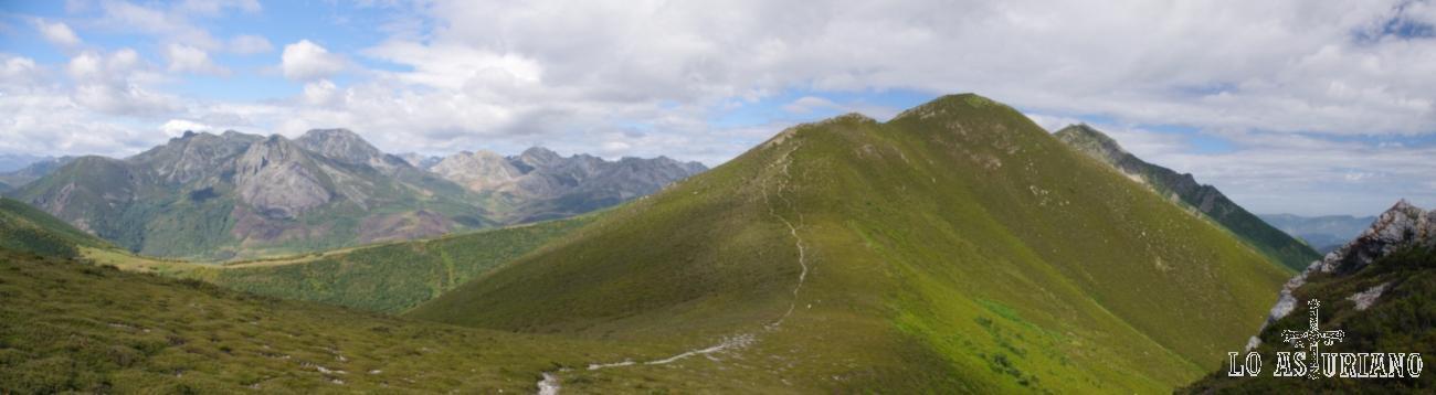 La panza verde de Los Chamuergos y a su izquierda, los picos limítrofes de León y Asturias (Somiedo).
