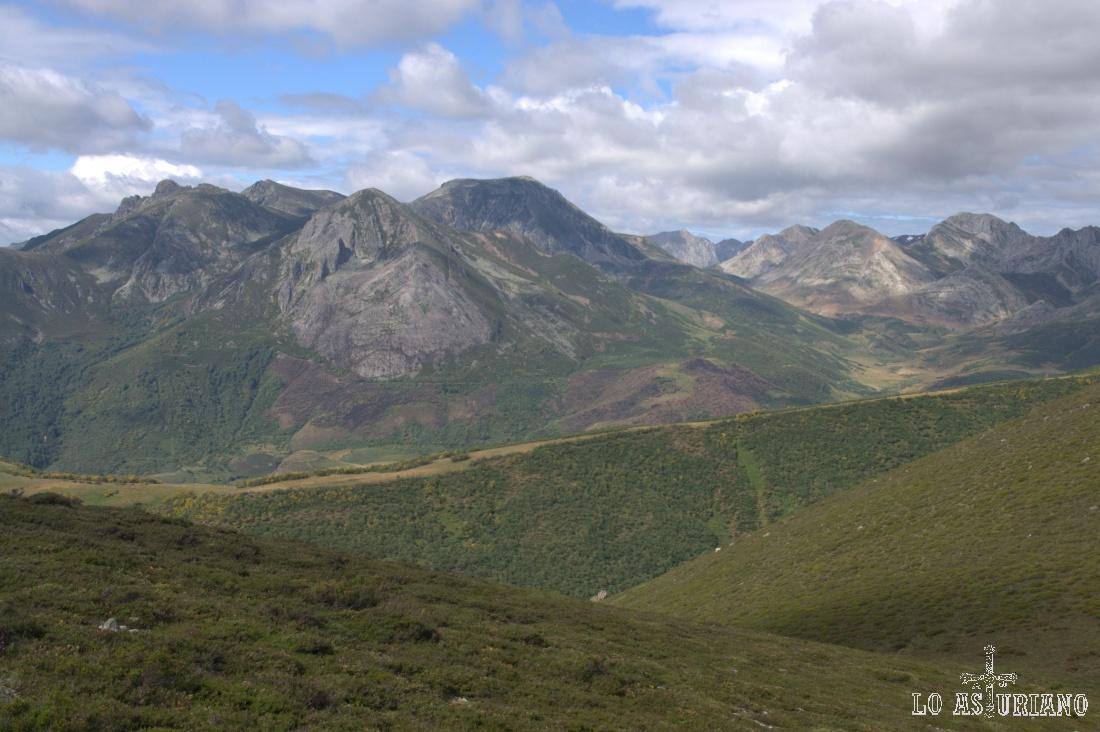 Morro Negro, Picos Albos y Peña Orniz, las cimas más altas de la vista que disfrutamos en esta espectacular panorámica.