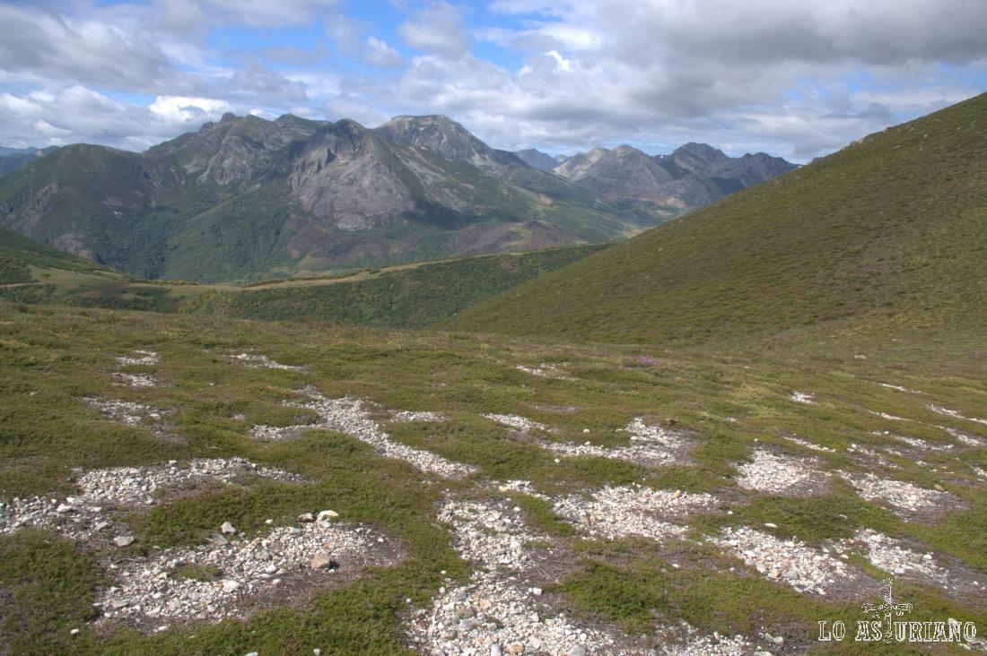 Peñas de Triana al fondo, en la cual destaca sobre todos el Morro Negro (2.121 m), con su doble cumbre.