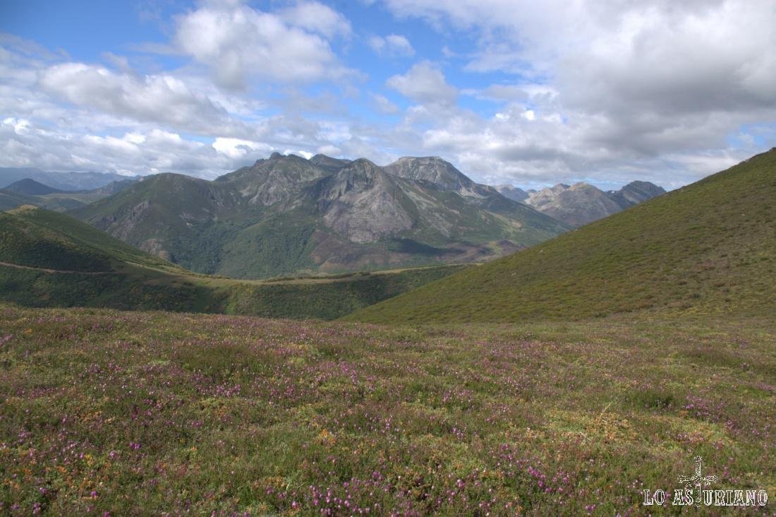 El Morro Negro, con su doble cima, destaca de todas las cumbres, que divisamos desde el Pico del Cuervo.