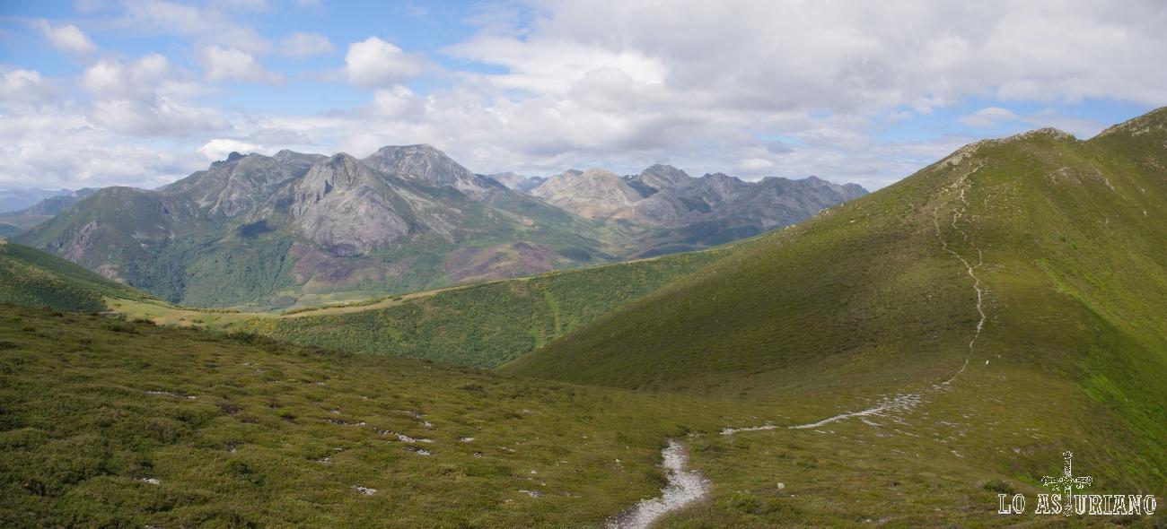 Vistas magníficas de la sierra de Triana, con las 2 cimas del Morronegro en lo más alto. A su derecha, las cimas somedanas de la zona lagos de Saliencia y lago del Valle.