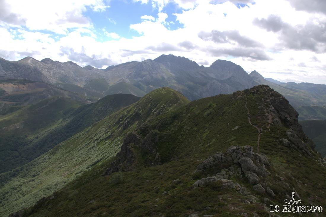 Al fondo, las cimas del Parque Natural de las Ubiñas la Mesa, en el límite entre León y Quirós, un bonito concejo asturiano.