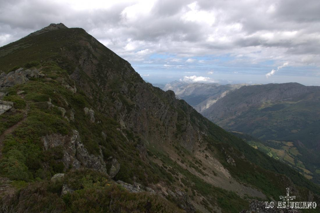 El Pico Ferreirúa, con las sierras teverganas, como sierra de Sobia, al fondo.