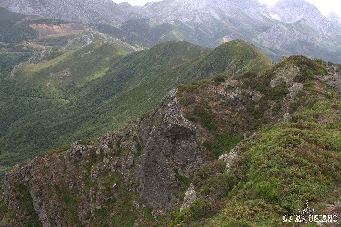 La verde cima de Las Llombas, por la que hemos pasado y al fondo, las Ubiñas.