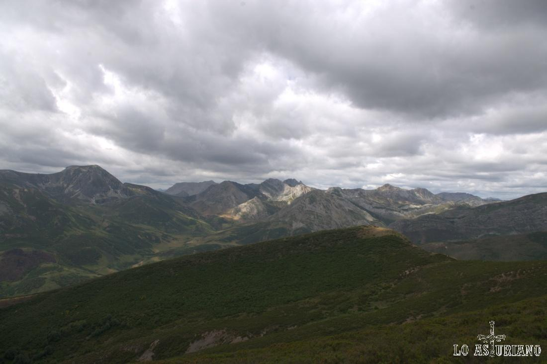 El Valle de las Partidas es el que se encuentra entre la sierra de los Bígaros (más a la derecha) y esta sierra en la que se encuentra el Ferreirúa. Por este valle sube el Camín Real de la Mesa.