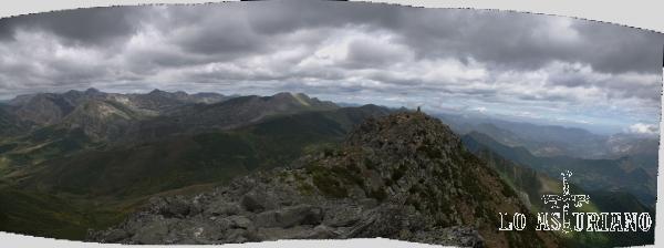 La preciosa cima del Ferreirúa, con las magníficas vistas, justo a su izquierda de los Bígaros. A continuación: los Picos Albos, Calabazosa, Peña Orniz, etc.