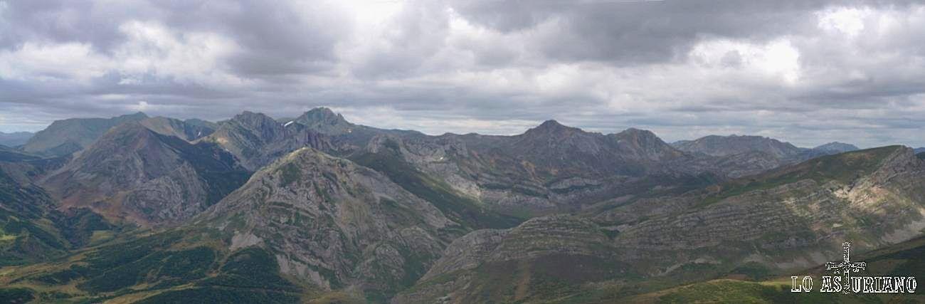 El grueso de las cimas somedanas limítrofes con León: Peña Orniz, Calabazosa, Farrapona, sierra de los Bígaros, Albos...