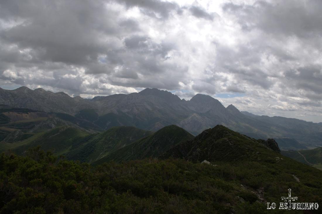La cima mayor de las del fondo, es la más alta de la derecha:  Ubiña Mayor con 2417 metros, uno de los mayores emblemas montañeros de la Cordillera.