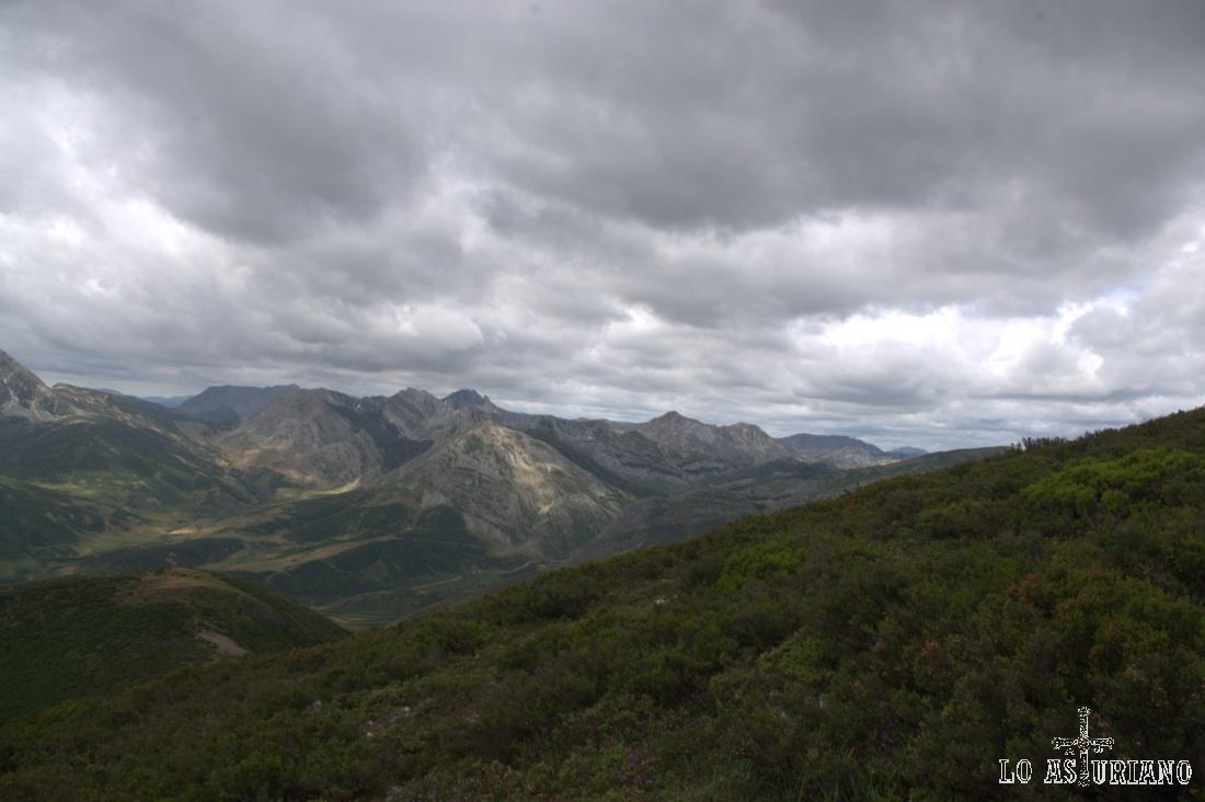 Alcanzamos a ver, más a la derecha (sudoeste), Peña Chana.