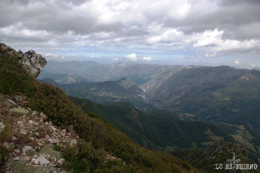 25 kilómetros hacia el norte, alcanzamos a ver la sierra de Tameza y todo el concejo de Teverga longitudinalmente.