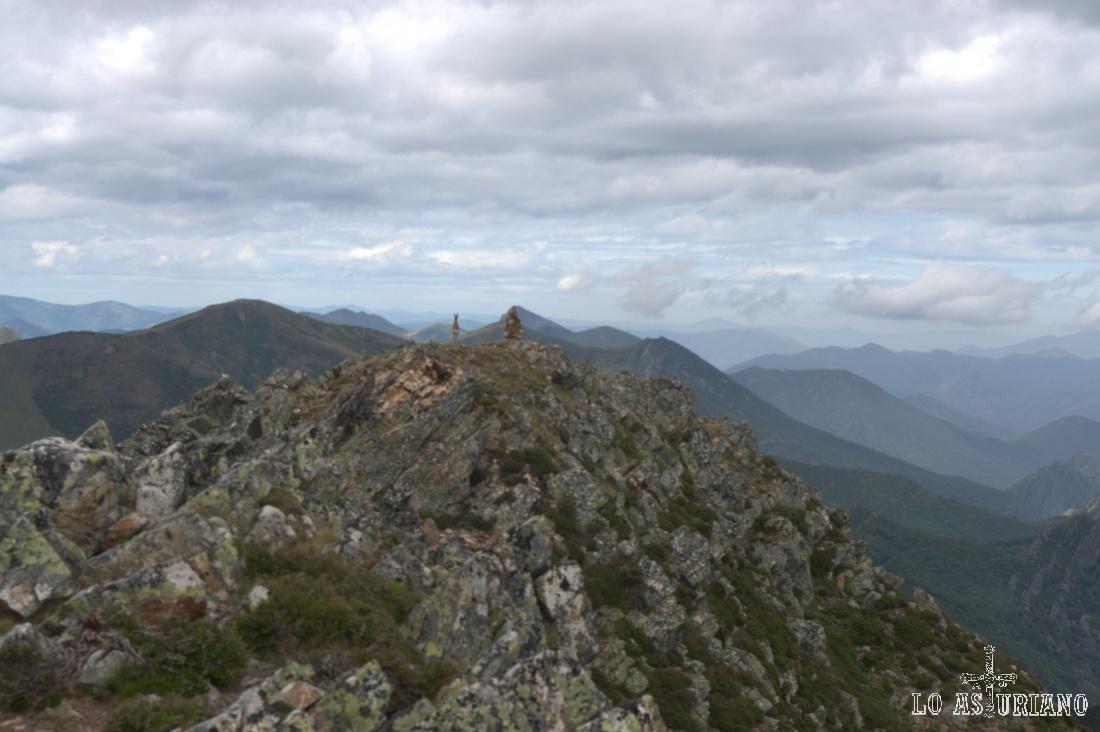 Un rebeco joven salta justo desde la cima del Ferreirúa, que tenemos por fin enfrente.